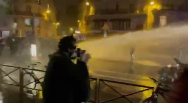 Polizeigewalt bei Protesten vor der Nationalversammlung in Paris...