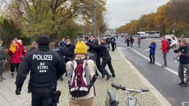 ERSTE FESTNAHMEN  (Etwa 9:30 Uhr zwischen Brandenburger Tor und Siegessäule) 18.11.2020