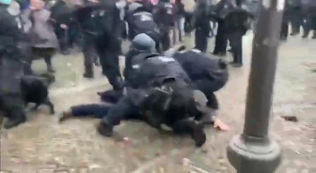 Polizeigewalt gegen friedliche Demonstranten!!_08_18.11.2020