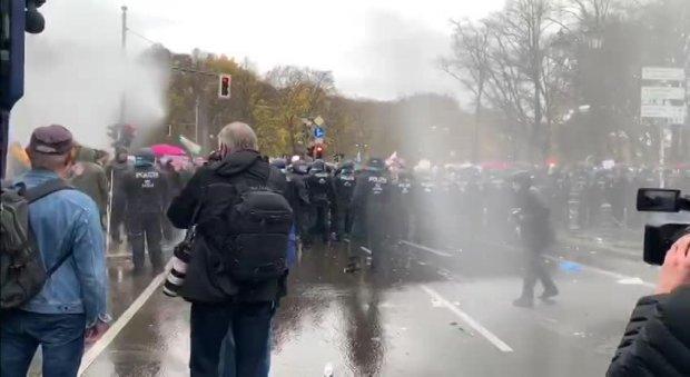 Polizeigewalt gegen friedliche Demonstranten!!_06_18.11.2020